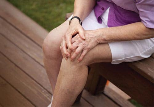 โรคข้อเสื่อมมักพบมากในคนอายุ 40 ปีขึ้นไและพบมากในผู้หญิง