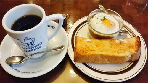กาแฟ ไข่ลวกและขนมปังปิ้ง