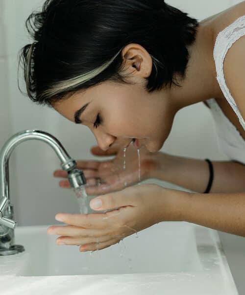 ใช้ผลิตภัณฑ์ล้างหน้าที่อ่อนโยนต่อผิวหน้าในการทำความสะอาดหน้า