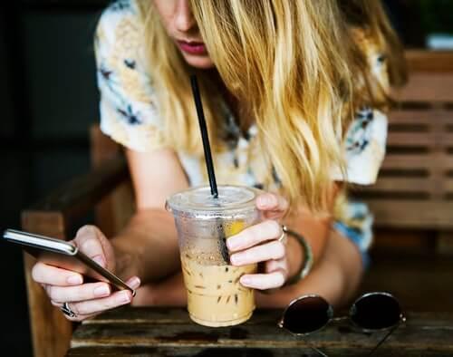 ดื่มเครื่องดื่มที่มีน้ำตาลเยอะไป ทำให้กลายเป็นโรคอ้วนได้