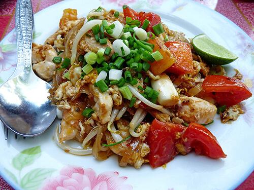 อาหารพวกผัดไทยผัดซีอิ๊วใช้น้ำมันปาล์มที่อุดมด้วยไขมันไม่ดีต่อสุขภาพ