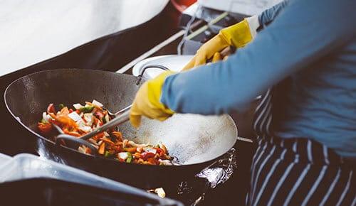 อาหารตามสั่งมักใส่ผงชูรสเพื่อรสชาติที่ดี