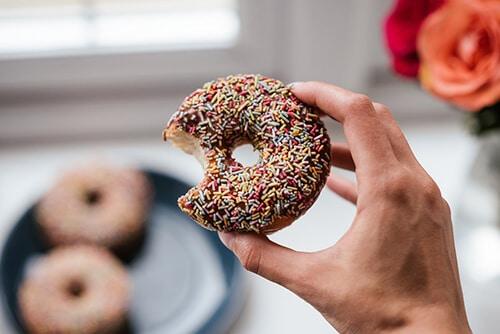 การทานของหวาน อุดมด้วยน้ำตาลมากๆทำให้เกิดริ้วรอยบนใบหน้า