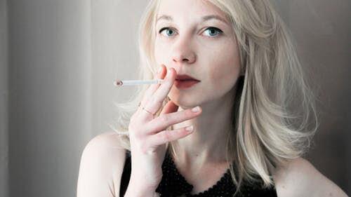 การสูบบุหรี่ทำให้คอลลาเจนในผิวลดลง ทำให้ผิวหน้าเหี่ยวย่นและเกิดริ้วรอย