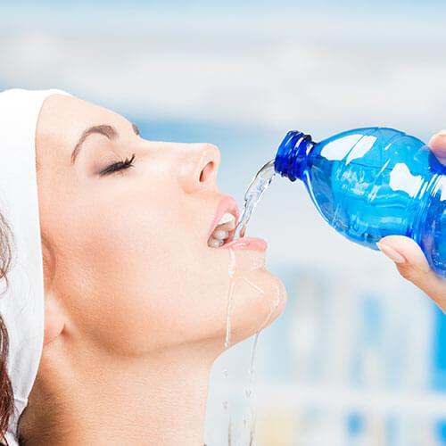 เพราะน้ำมีความสำคัญอย่างยิ่งต่อร่างกาย เราจึงควร ดื่มน้ำ อย่างเพียงพอในแต่ละวัน