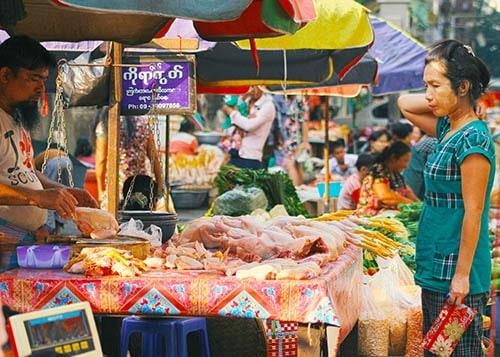 ตลาดสดที่เต็มไปด้วยอาหารสด