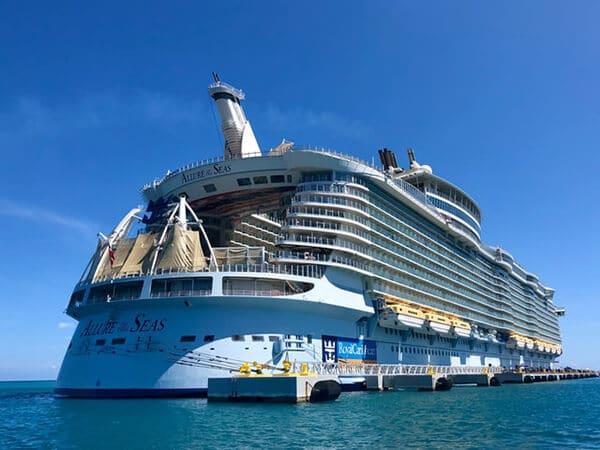 เรือสำราญ มีผู้โดยสารจำนวนมาก