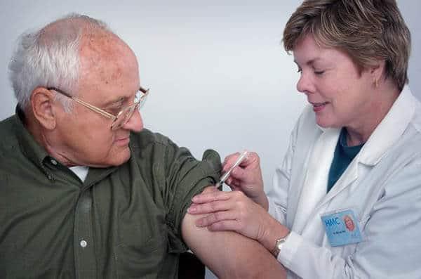 การฉีดวัคซีนเพื่อป้องกันโรคในผู้สูงอายุ