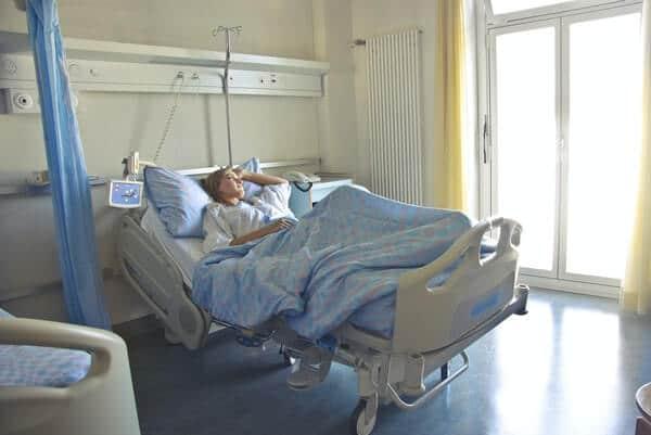 นอนพักรักษาตัวในโรงพยาบาล