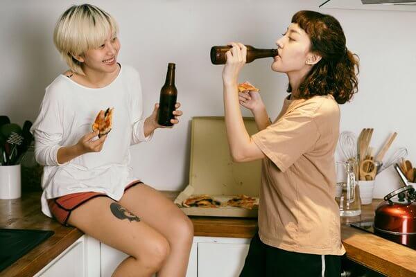 กินพิชซ่าและเบียร์